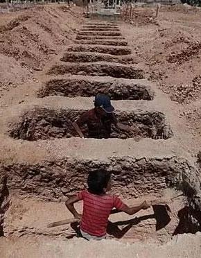 """战火纷飞!叙利亚惊现8岁儿童""""掘墓工"""""""